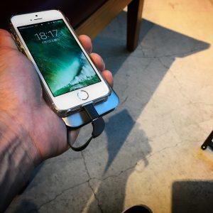 バッテリーの減りが早い古いiPhoneをモバイルバッテリーで充電しているところ