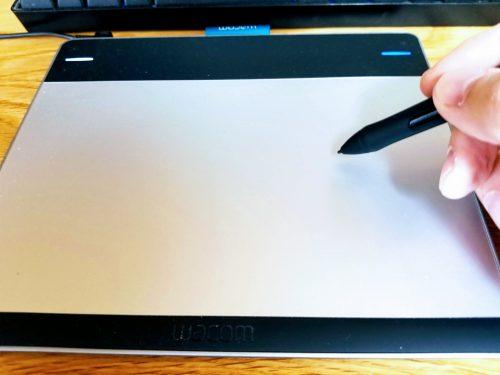 ワコムのペンタブレットで絵を描いているところ