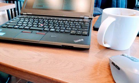 カフェでガジェットを使って仕事をする
