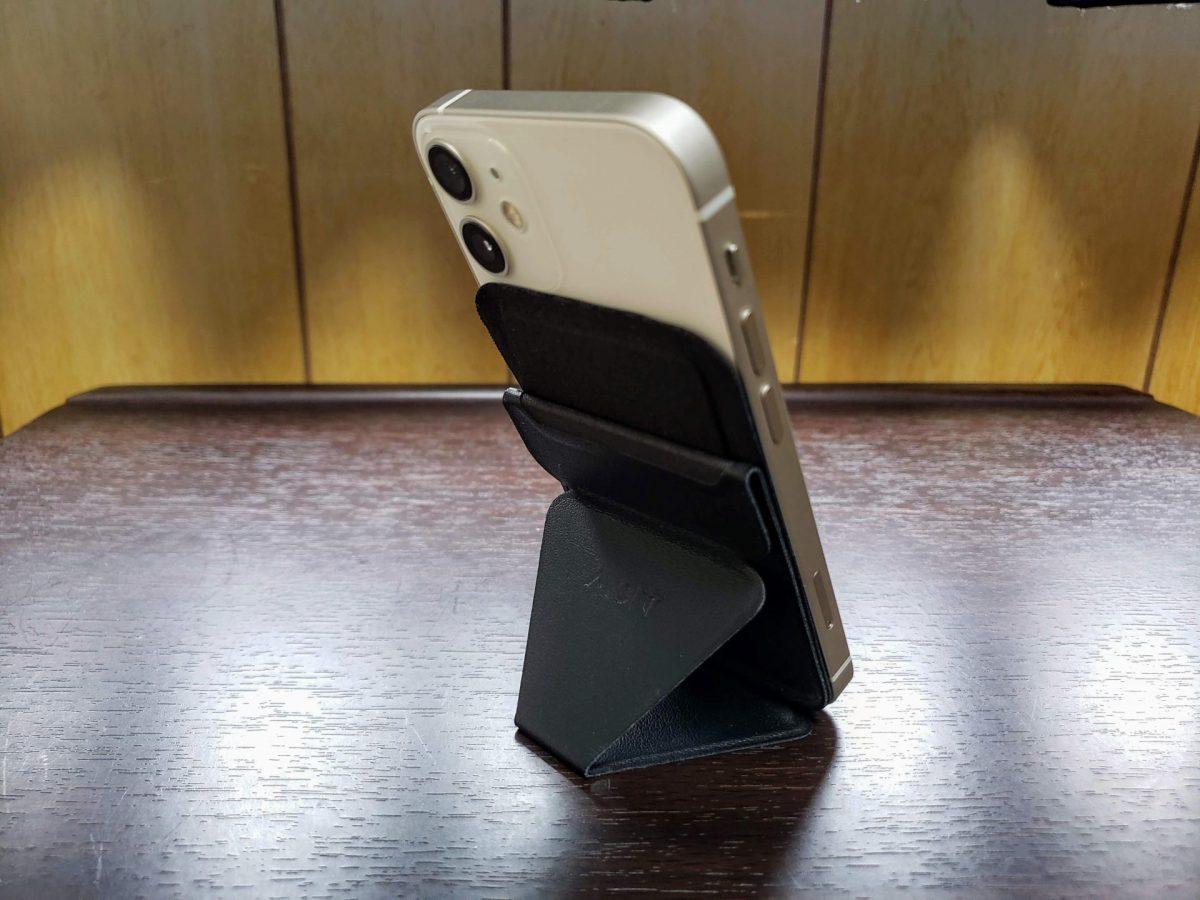 MOFTスタンドを付けたiPhone